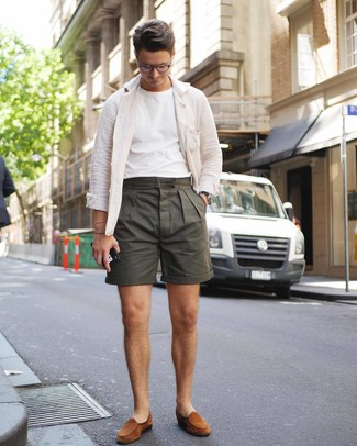 Cómo combinar: mocasín de ante en tabaco, pantalones cortos verde oliva, camiseta con cuello circular blanca, chaqueta estilo camisa de lino blanca