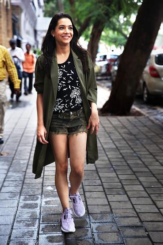 Cómo combinar: deportivas violeta claro, pantalones cortos de camuflaje verde oliva, camiseta con cuello circular estampada en negro y blanco, abrigo duster verde oliva