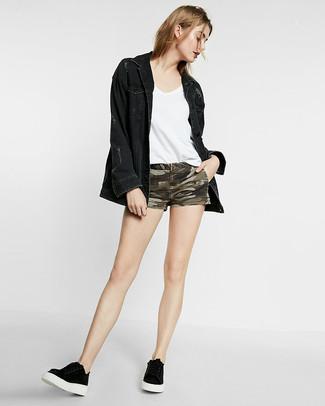 Cómo combinar: tenis negros, pantalones cortos vaqueros de camuflaje verde oliva, camiseta con cuello en v blanca, chaqueta vaquera negra