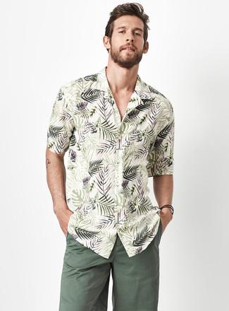 Combinar unos pantalones cortos verde oscuro: Utiliza una camisa de manga corta con print de flores verde oliva y unos pantalones cortos verde oscuro para lidiar sin esfuerzo con lo que sea que te traiga el día.