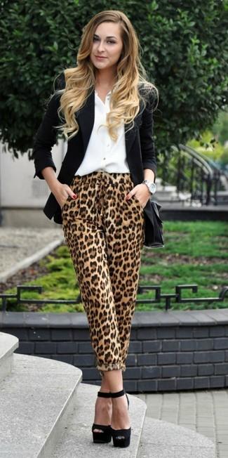 Cómo combinar: sandalias de tacón de ante gruesas negras, pantalones de pijama de leopardo marrón claro, camisa de vestir blanca, blazer negro