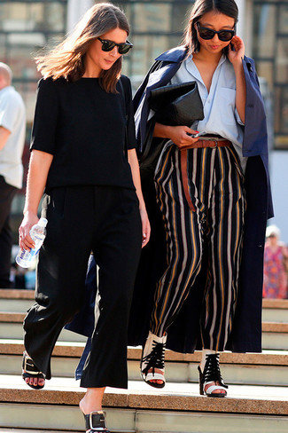 Cómo combinar: botines de cuero con recorte blancos, pantalones de pijama de rayas verticales negros, camisa de vestir celeste, gabardina azul marino
