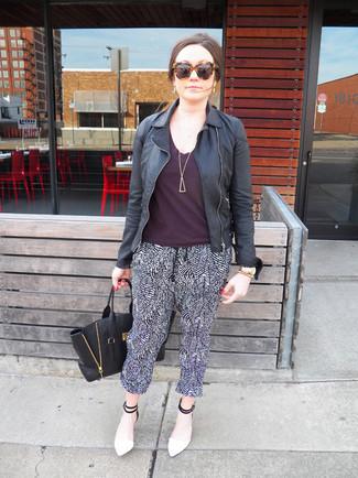 Cómo combinar: zapatos de tacón de cuero en blanco y negro, pantalones de pijama en negro y blanco, camiseta con cuello circular morado oscuro, chaqueta motera de cuero negra