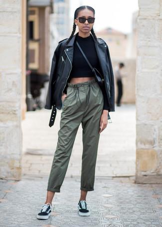 Combinar un jersey corto negro: Intenta combinar un jersey corto negro junto a unos pantalones de pijama verde oliva transmitirán una vibra libre y relajada. Tenis de lona negros son una opción perfecta para complementar tu atuendo.