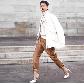 Cómo combinar: chinelas de cuero blancas, pantalones de pijama de cuero marrónes, jersey de cuello alto de punto blanco, cazadora de aviador de lana blanca