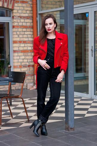 Una camiseta con cuello circular de vestir con una chaqueta motera roja: Este combinación de una chaqueta motera roja y una camiseta con cuello circular te da una onda muy informal y accesible. Botines de cuero negros son una opción muy buena para completar este atuendo.