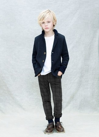 Cómo combinar: zapatos oxford en marrón oscuro, pantalones en gris oscuro, camiseta blanca, blazer azul marino