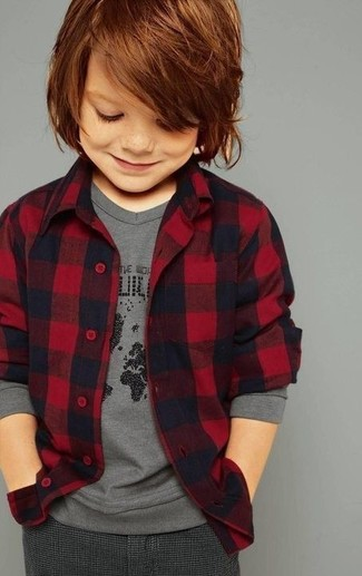 Cómo combinar: pantalones en gris oscuro, camiseta de manga larga gris, camisa de manga larga de franela roja