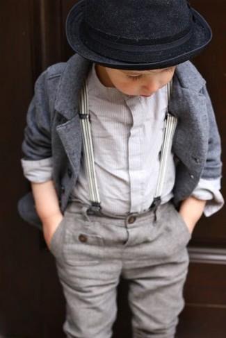 Cómo combinar: sombrero negro, pantalones grises, camisa de manga larga blanca, blazer gris