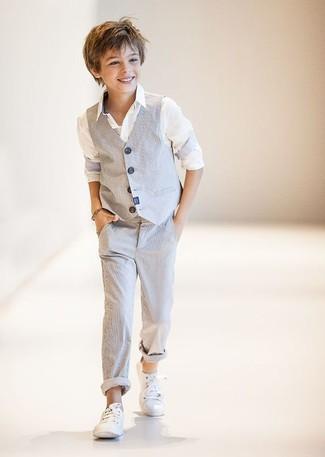 Cómo combinar: zapatillas blancas, pantalones grises, camisa de manga larga blanca, chaleco de vestir gris