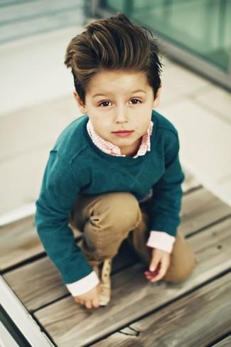 Cómo combinar: zapatos oxford marrón claro, pantalones marrón claro, camisa de manga larga de cuadro vichy naranja, jersey verde oscuro