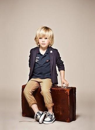 Cómo combinar: náuticos azul marino, pantalones marrón claro, camisa polo azul marino, blazer azul marino