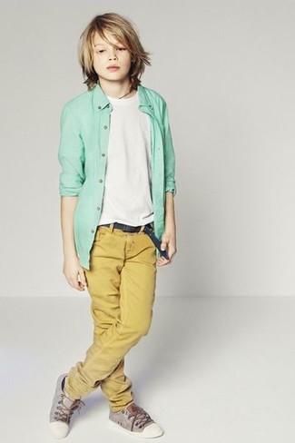 Cómo combinar: zapatillas grises, pantalones mostaza, camiseta blanca, camisa de manga larga en verde menta