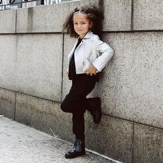 Cómo combinar: botas negras, pantalones negros, camiseta negra, chaqueta de cuero plateada