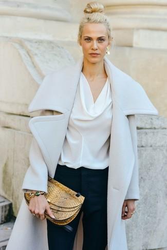 Cómo combinar: cartera sobre de cuero con print de serpiente amarilla, pantalones pitillo azul marino, blusa de manga larga de seda blanca, abrigo blanco