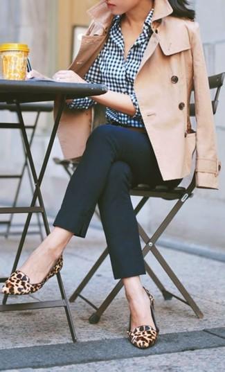 Cómo combinar: mocasín de ante de leopardo marrón claro, pantalones pitillo azul marino, camisa de vestir de cuadro vichy azul marino, gabardina marrón claro