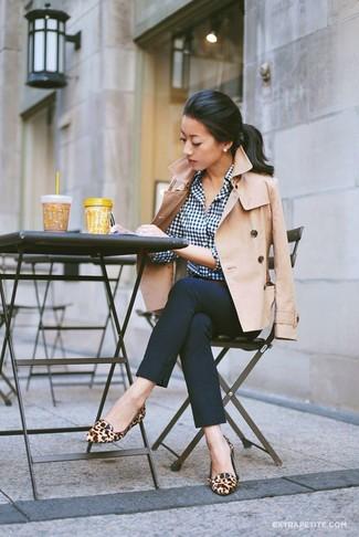 Cómo combinar: mocasín de cuero de leopardo marrón claro, pantalones pitillo azul marino, camisa de vestir de cuadro vichy en blanco y azul marino, chaquetón en beige