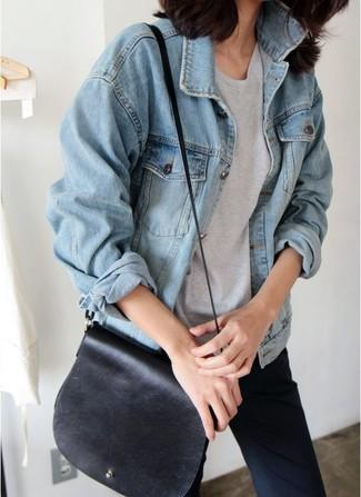 Cómo combinar: bolso bandolera de cuero negro, pantalones pitillo azul marino, camiseta con cuello circular gris, chaqueta vaquera celeste