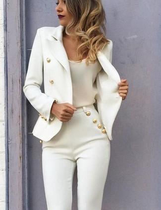 Combinar un blazer cruzado blanco: Ponte un blazer cruzado blanco y unos pantalones pitillo blancos para cualquier sorpresa que haya en el día.