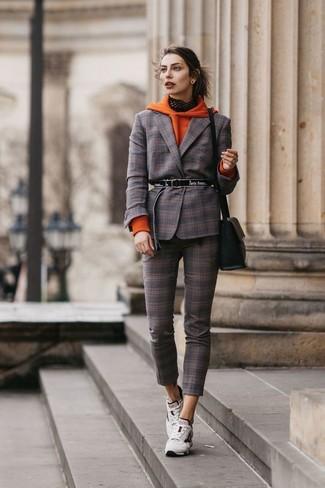 Cómo combinar: deportivas blancas, pantalones pitillo de tartán en marrón oscuro, blazer de tartán en marrón oscuro, sudadera con capucha naranja