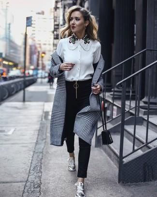 Combinar un abrigo de tartán gris estilo casual elegante: Empareja un abrigo de tartán gris con unos pantalones pitillo negros para una vestimenta cómoda que queda muy bien junta. Si no quieres vestir totalmente formal, usa un par de tenis de cuero plateados.