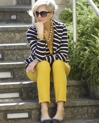 Cómo combinar: bailarinas de ante grises, pantalones pitillo mostaza, blusa de botones mostaza, blazer de rayas horizontales en azul marino y blanco