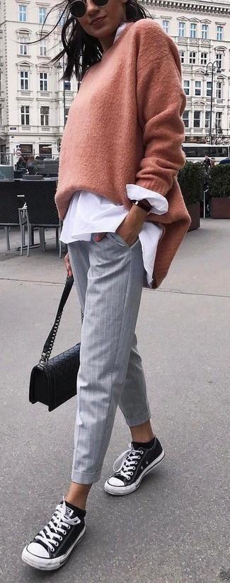 Cómo combinar: tenis de lona en negro y blanco, pantalones pitillo de rayas verticales grises, blusa de botones blanca, jersey oversized marrón claro