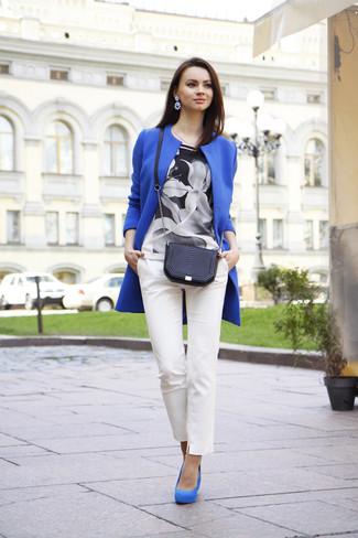 Cómo combinar: zapatos de tacón de ante azules, pantalones pitillo blancos, blusa de manga corta con print de flores en negro y blanco, abrigo azul