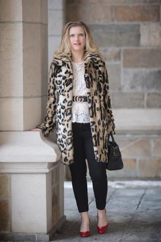Cómo combinar: zapatos de tacón de cuero rojos, pantalones pitillo negros, blusa de manga larga de encaje blanca, abrigo de piel de leopardo en beige