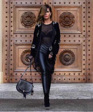 Cómo combinar: botines de ante negros, pantalones pitillo de cuero negros, blusa de manga larga de gasa negra, abrigo de terciopelo con adornos negro