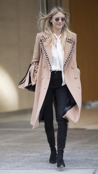 Combinar unas gafas de sol grises en clima frío: Emparejar un abrigo marrón claro con unas gafas de sol grises es una opción estupenda para el fin de semana. Con el calzado, sé más clásico y usa un par de botas de caña alta de ante negras.