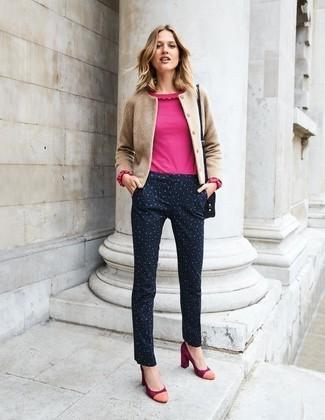 Combinar una blusa de manga larga con un cárdigan: Empareja un cárdigan con una blusa de manga larga para sentirte con confianza y a la moda. Zapatos de tacón de ante rojos son una opción buena para complementar tu atuendo.