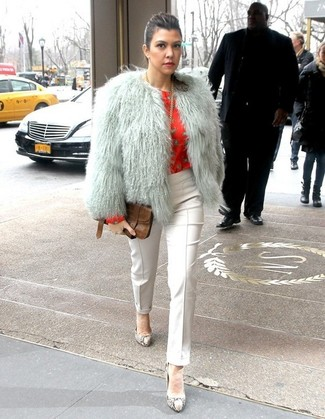 Cómo combinar: zapatos de tacón de cuero con print de serpiente grises, pantalones pitillo blancos, blusa de manga larga estampada roja, chaqueta de piel gris