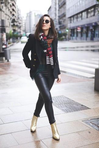 9fa2f0284 Cómo combinar: botines de cuero dorados, pantalones pitillo de cuero  negros, blusa de