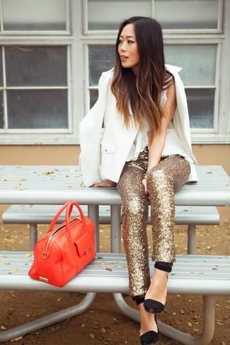 Cómo combinar: zapatos de tacón de ante negros, pantalones pitillo de lentejuelas dorados, blusa sin mangas de seda blanca, blazer blanco