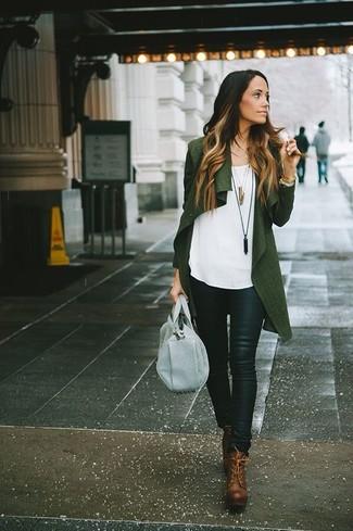 Cómo combinar: botines con cordones de cuero marrónes, pantalones pitillo de cuero negros, blusa sin mangas blanca, cárdigan abierto verde oscuro