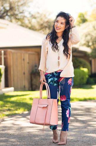 Cómo combinar: zapatos de tacón de cuero rosados, pantalones pitillo con print de flores azul marino, blusa sin mangas blanca, cárdigan rosado