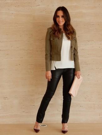 Cómo combinar: zapatos de tacón de cuero burdeos, pantalones pitillo de cuero negros, blusa sin mangas blanca, chaqueta militar verde oliva