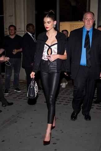 Cómo combinar: zapatos de tacón de terciopelo burdeos, pantalones pitillo de cuero negros, blusa sin mangas de lentejuelas blanca, chaqueta vaquera negra