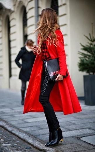 Cómo combinar: botines de cuero negros, pantalones pitillo negros, camisa de vestir a cuadros en rojo y negro, abrigo rojo