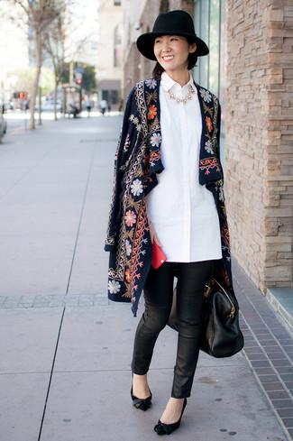 Combinar un collar blanco en clima frío: Opta por la comodidad en un abrigo bordado azul marino y un collar blanco. Zapatos de tacón de ante negros son una opción muy buena para complementar tu atuendo.