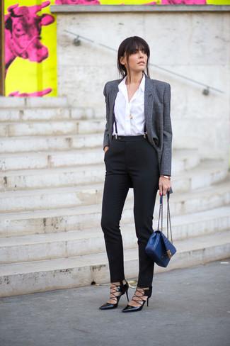 Combinar un bolso de hombre de cuero azul: Para un atuendo tan cómodo como tu sillón considera emparejar un blazer de lana gris con un bolso de hombre de cuero azul. Zapatos de tacón de cuero negros son una opción inigualable para completar este atuendo.