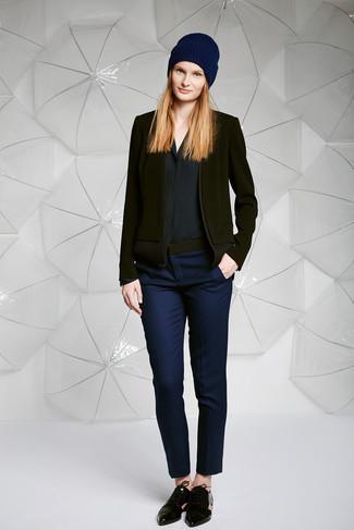 Cómo combinar: zapatos oxford de cuero negros, pantalones pitillo azul marino, camisa de vestir de seda negra, blazer de lana negro