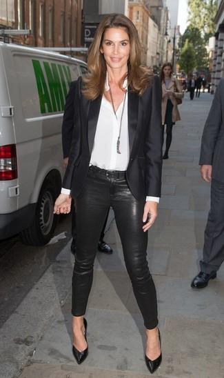 Cómo combinar: zapatos de tacón de cuero negros, pantalones pitillo negros, camisa de vestir de seda blanca, blazer de satén negro