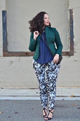Cómo combinar: sandalias de tacón de cuero negras, pantalones pitillo con print de flores en negro y blanco, camisa de vestir azul marino, blazer verde oscuro