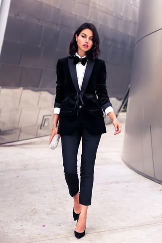 Cómo combinar: zapatos de tacón de ante negros, pantalones pitillo negros, camisa de vestir blanca, blazer de terciopelo negro