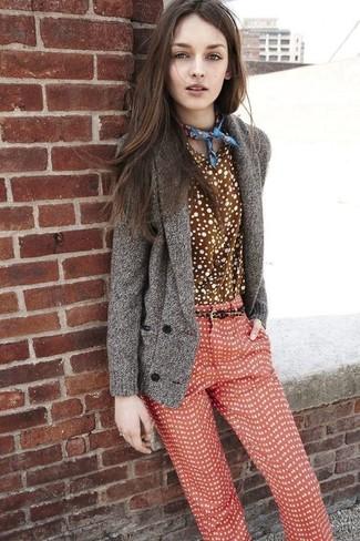 Cómo combinar: bandana estampada azul, pantalones pitillo a lunares rojos, camisa de vestir a lunares marrón, cárdigan con cuello chal gris