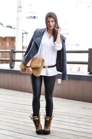 Cómo combinar: botas para la nieve de cuero marrónes, pantalones pitillo de cuero negros, camisa de vestir blanca, chaqueta motera de cuero negra