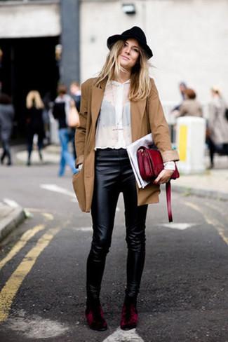 Cómo combinar: botines de terciopelo burdeos, pantalones pitillo de cuero negros, camisa de vestir blanca, gabardina marrón