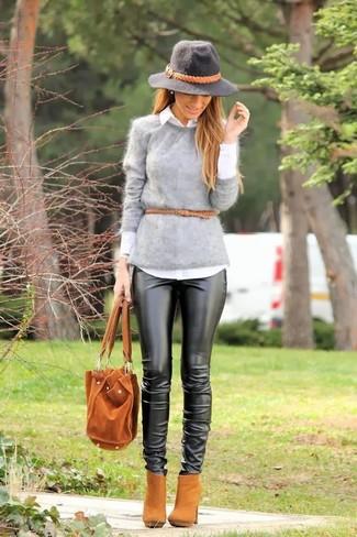 Cómo combinar: botines de ante marrón claro, pantalones pitillo de cuero negros, camisa de vestir blanca, jersey con cuello circular de angora gris